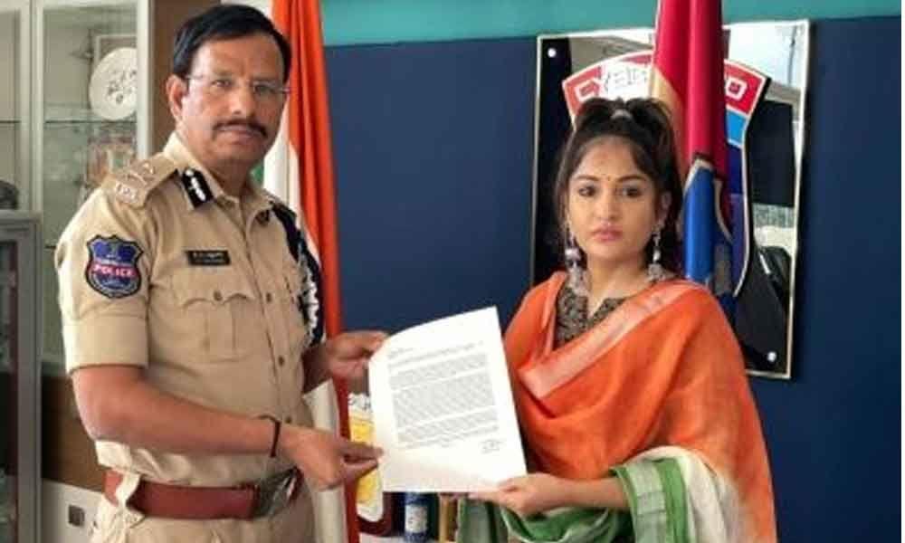 Actor Maadhavi Latha complains of abusive posts