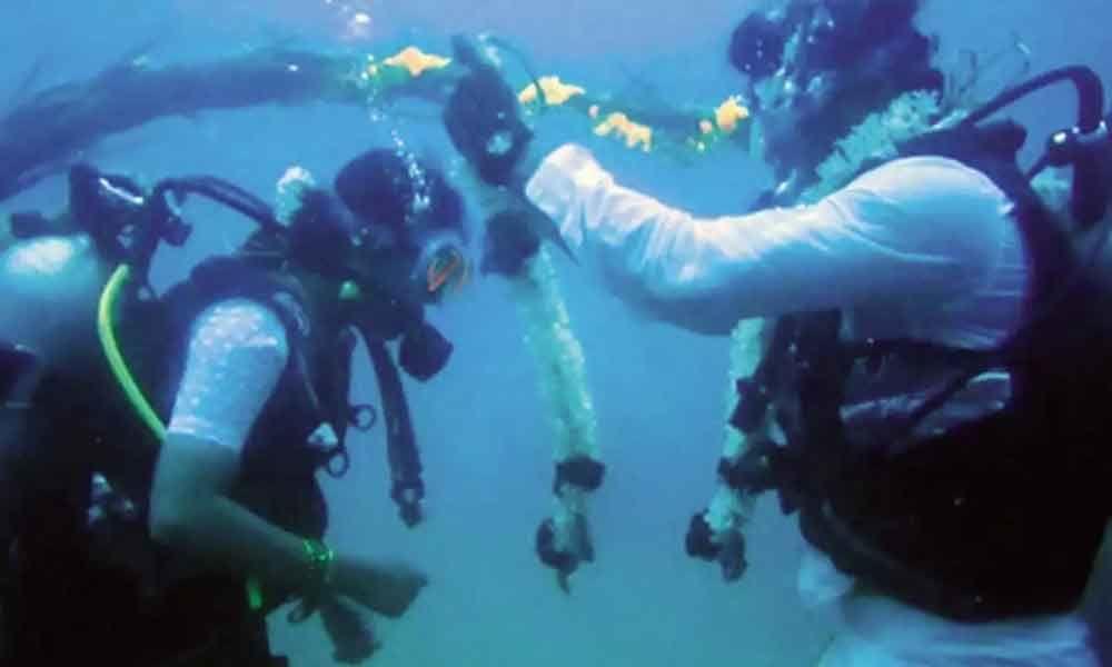 Chennai couple ties knot 60 feet underwater