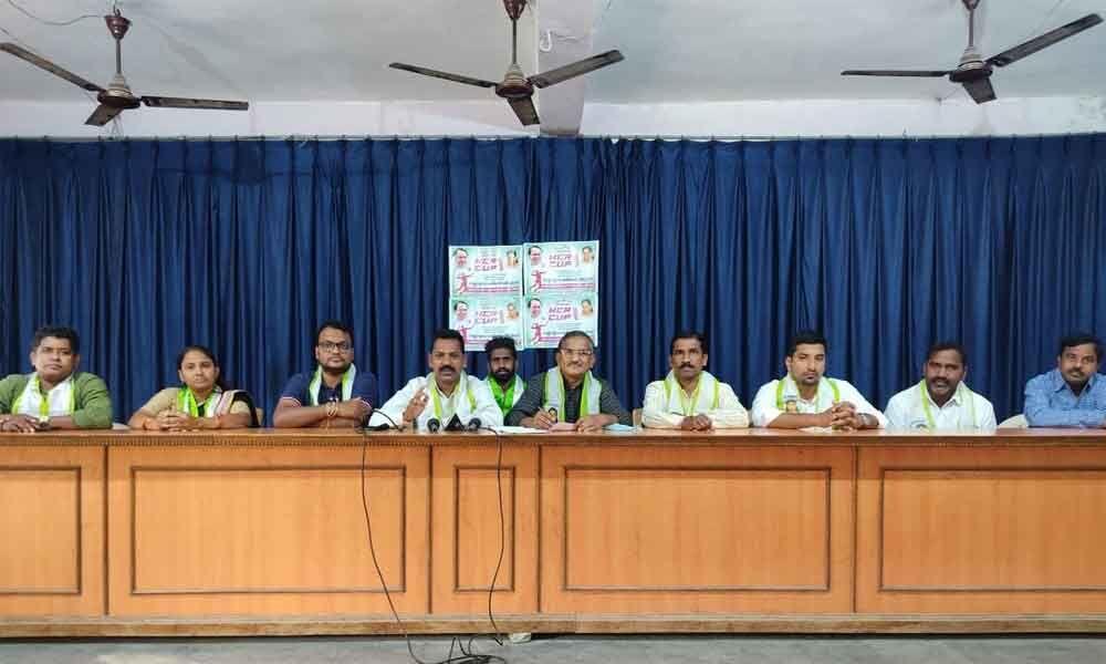 Telangana Jagruthi district president Jaadi Srinivas addressing the press in Karimnagar on Friday